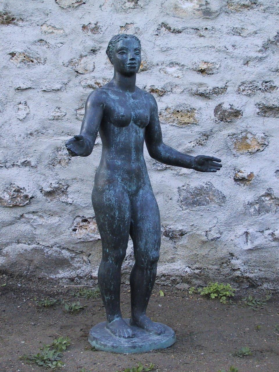 Femme bronze bras ecartes 2